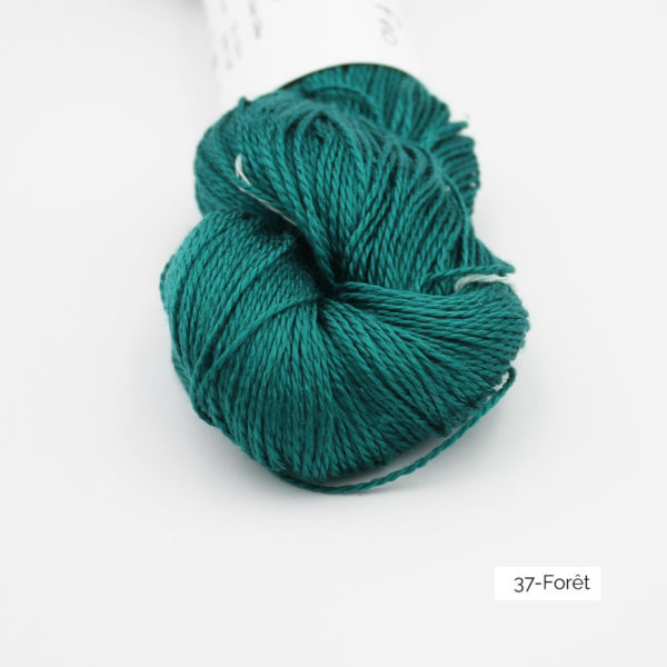 Zoom on a skein of Jaipur Silk Fino by BC Garn in the Forêt colorway (dark emerald green)