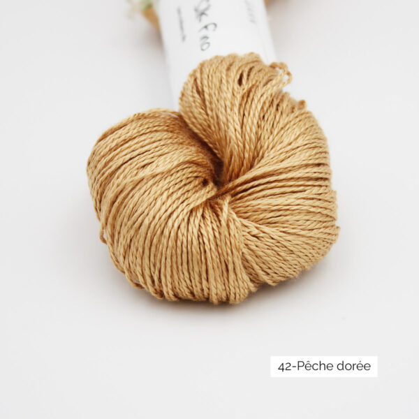Zoom on a skein of Jaipur Silk Fino by BC Garn in the Pêche Doré colorway (golden peach)