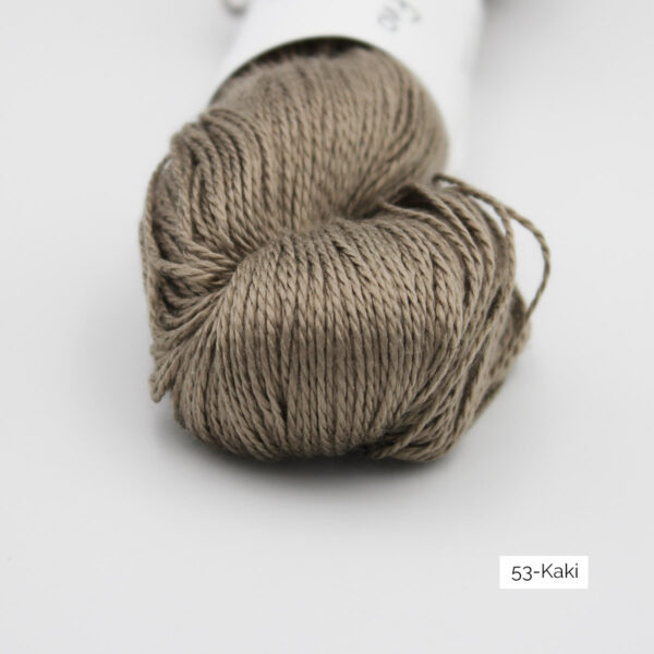 Zoom on a skein of Jaipur Silk Fino by BC Garn in the Kaki colorway