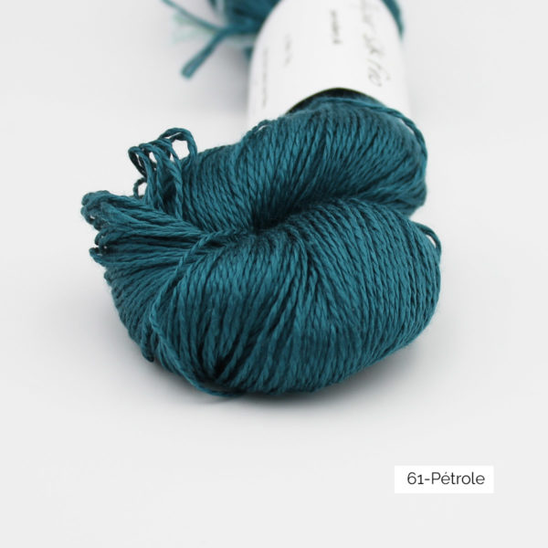 Zoom on a skein of Jaipur Silk Fino by BC Garn in the Pétrole colorway (petrol)