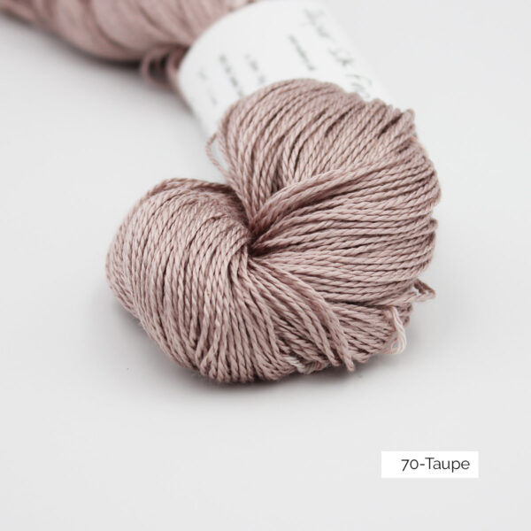 Zoom on a skein of Jaipur Silk Fino by BC Garn in the Taupe colorway