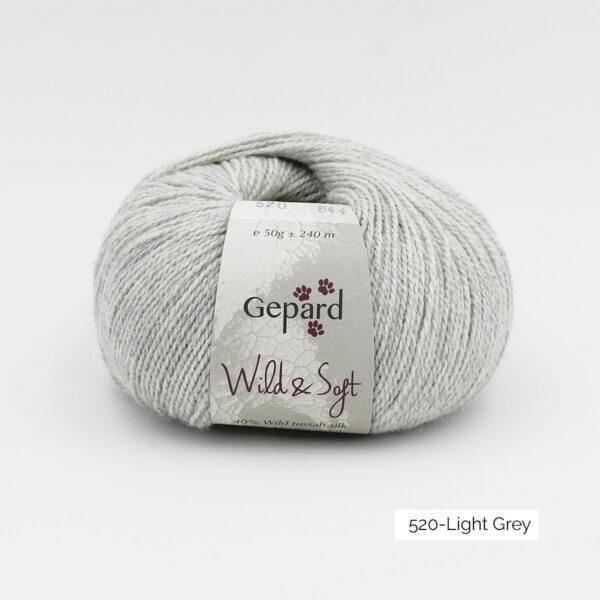Une pelote de Wild & Soft de Gepard Garn, coloris Light Grey (gris clair)