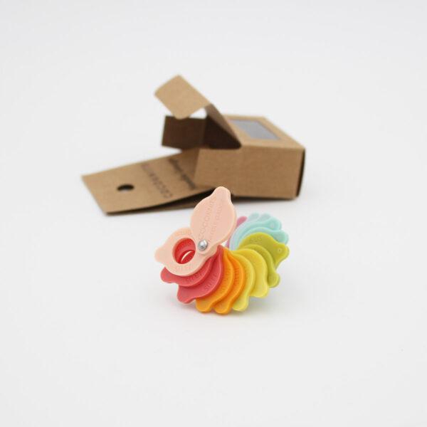Présentation du système de jauge à aiguilles coloré de CocoKnits avec son emballage en carton au second plan