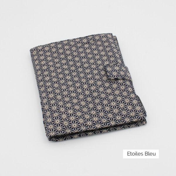 Pochette pour aiguilles circulaires interchangeables Seeknit de Kinki Amibari en tissu bleu marine à imprimé étoiles d'inspiration japonaise, fermée