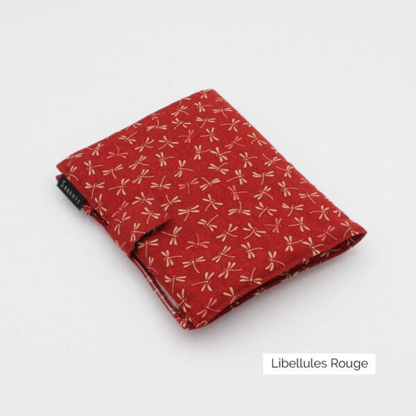 Pochette pour aiguilles circulaires interchangeables Seeknit de Kinki Amibari en tissu rouge à imprimé libellules blanc, fermée