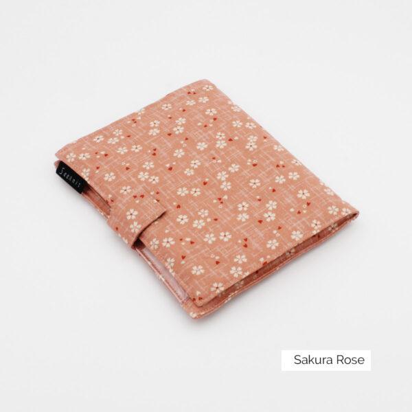 Pochette pour aiguilles circulaires interchangeables Seeknit de Kinki Amibari en tissu rose doux à imprimé fleuri type sakura, fermée