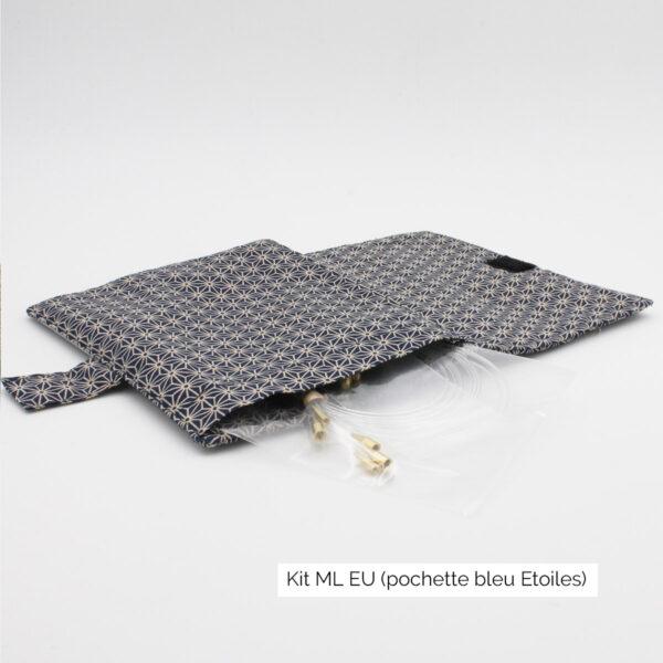 Présentation de la pochette du kit Seeknit ML EU de Kinki Amibari, en tissu bleu marine avec étoiles japonisantes, ouverte à plat, avec des câbles qui dépassent sur le côté