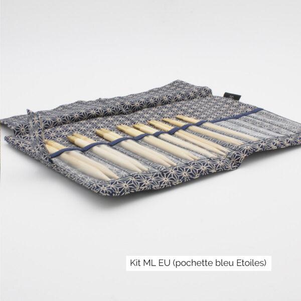 Présentation du kit Seeknit de Kinki Amibari en taille ML-EU, avec 8 paires de pointes en bambou rangées dans leurs compartiments, dans une pochette en tissu bleu marine à motif étoiles japonisant, ouverte