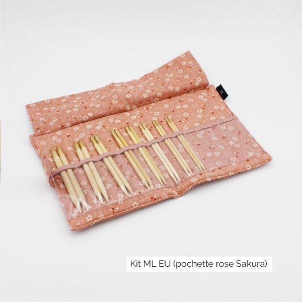Présentation du kit Seeknit de Kinki Amibari en taille ML-EU, avec 8 paires de pointes en bambou rangées dans leurs compartiments, dans une pochette en tissu rose doux fleuri de blanc et rouge (sakura), ouverte