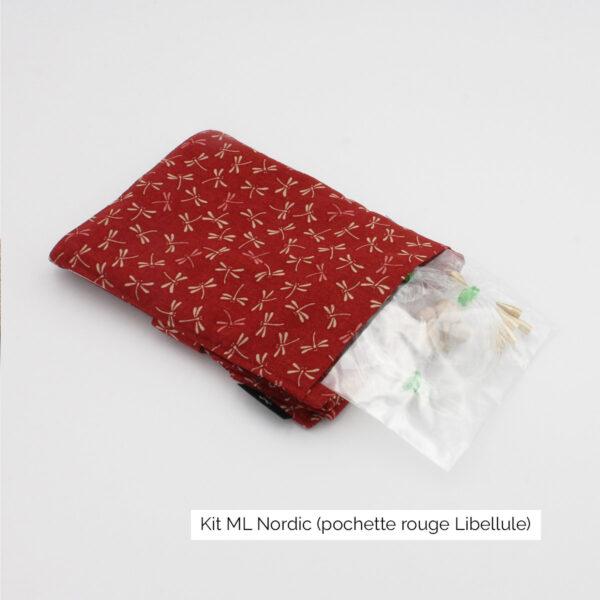 Présentation de la pochette du kit Seeknit de Kinki Amibari en taille ML-EU, en tissu rouge à motif libellules, fermée avec câbles dépassant sur le côté