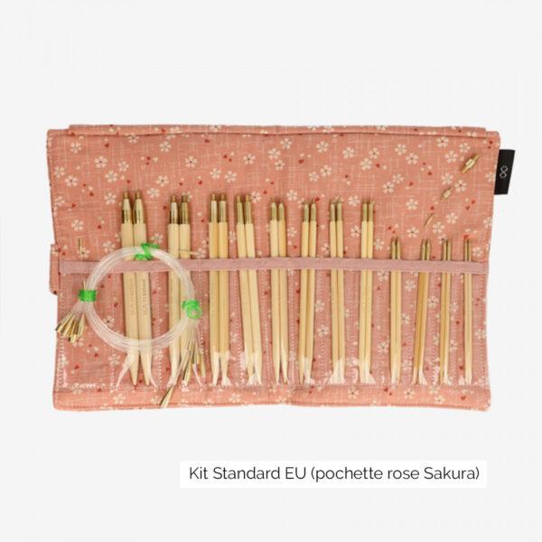 Présentation du kit Seeknit Standard EU de Kinki Amibari, avec 12 paires de pointes en bambou rangées dans leur compartiment et accessoires, dans la pochette en tissu sakura, rose doux fleuri blanc et rouge