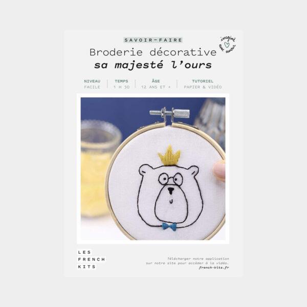 """Présentation de la boîte d'un kit de broderie décorative """"Sa Majesté l'Ours"""" de Les French'kits"""