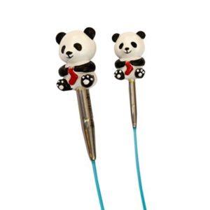 Présentation de deux embouts de câbles en forme de panda tricotant une chaussette de la marque Hiya Hiya