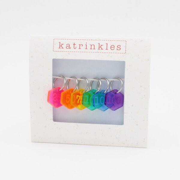 Set de 6 anneaux marqueurs gravés d'un nombre, aux couleurs de l'arc en ciel, de la marque Katrinkles