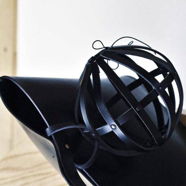 Présentation d'un Cocoon de Geo-metry coloris Noir accroché à la bandoulière d'un sac