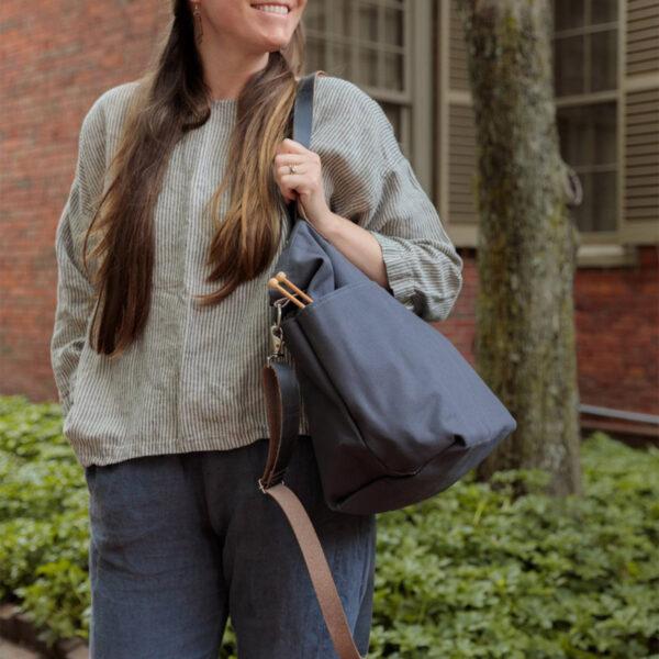 """Présentation du sac en toile avec anses en cuir Crossbody de Twig&Horn en coloris """"charcoal"""" (gris foncé)"""