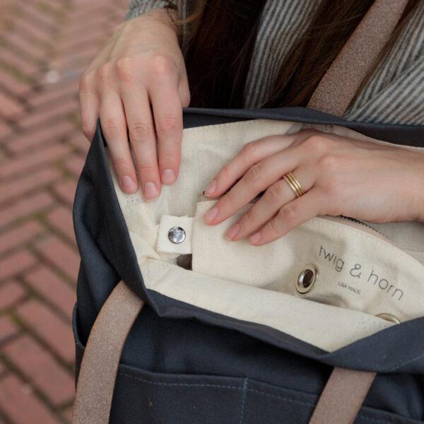 Présentation de la pochette intérieure amovible du sac Crossbody de Twig & Horn