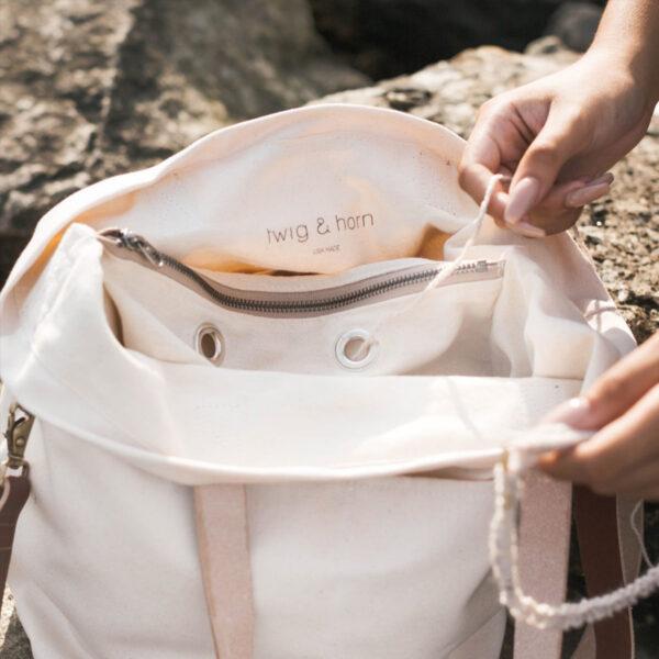 Présentation de l'intérieur du sac Cross Body de Twig&Horn en coloris Natural (crème), avec anneaux pour passer la laine