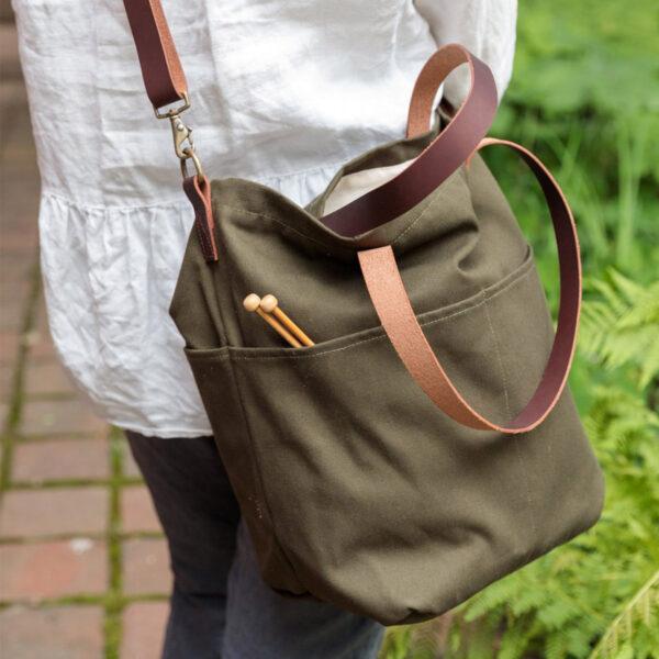 Présentation du sac en toile avec anses en cuir Crossbody de Twig&Horn en coloris Olive