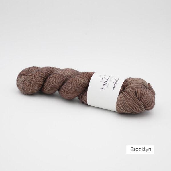 Un écheveau d'Adelina d'Emilia & Philomène coloris Brooklyn (brun roux clair nuancé)
