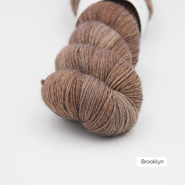 Gros plan sur un écheveau d'Adelina d'Emilia & Philomène coloris Brooklyn (brun roux clair nuancé)