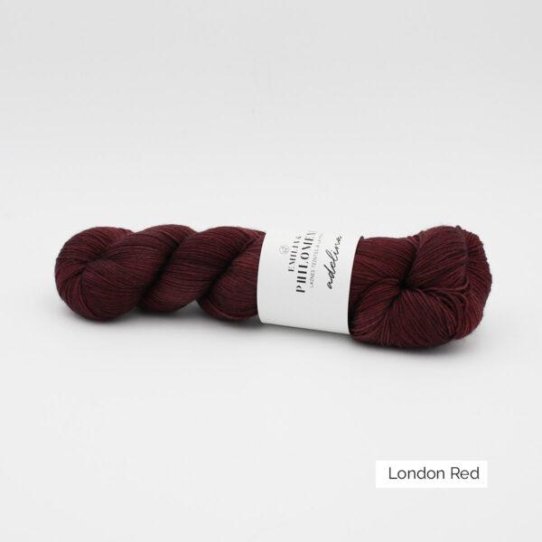 Un écheveau d'Adelina d'Emilia & Philomène coloris London Red (rouge foncé nuancé)