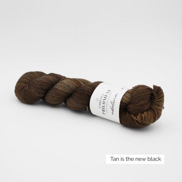Un écheveau d'Adelina d'Emilia & Philomène coloris Tan is the New Black (brun clair nuancé)