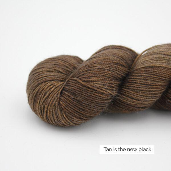 Gros plan sur un écheveau d'Adelina d'Emilia & Philomène coloris Tan is the New Black (brun clair nuancé)