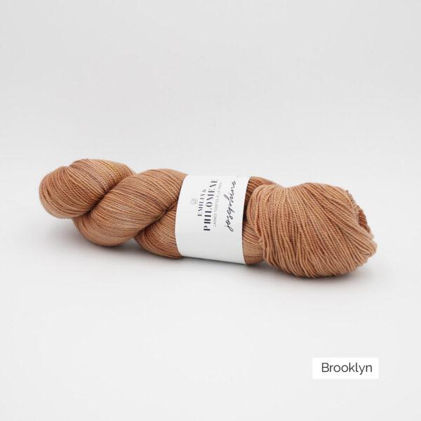 Un écheveau de Joséphine d'Emilia & Philomène coloris Brooklyn (brun roux clair nuancé)