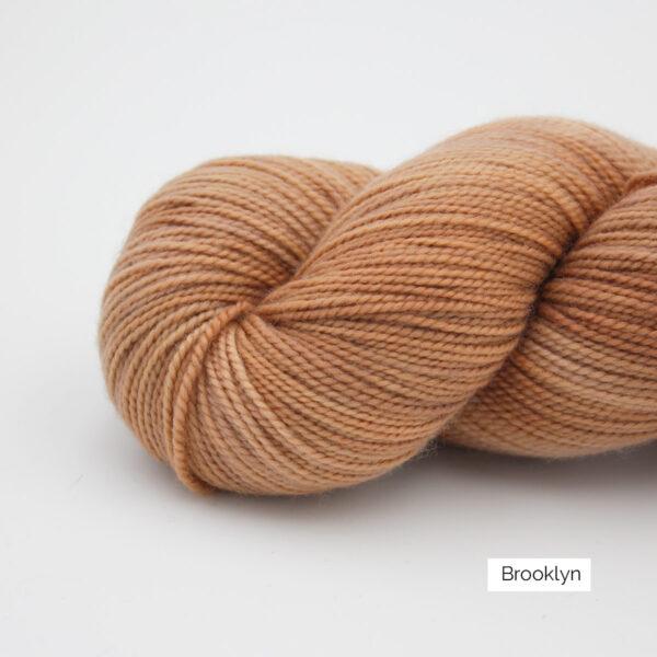 Gros plan sur un écheveau de Joséphine d'Emilia & Philomène coloris Brooklyn (brun roux clair nuancé)