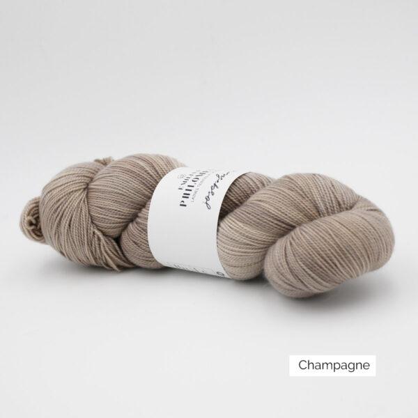 Un écheveau de Joséphine d'Emilia & Philomène coloris Champagne (greige nuancé)