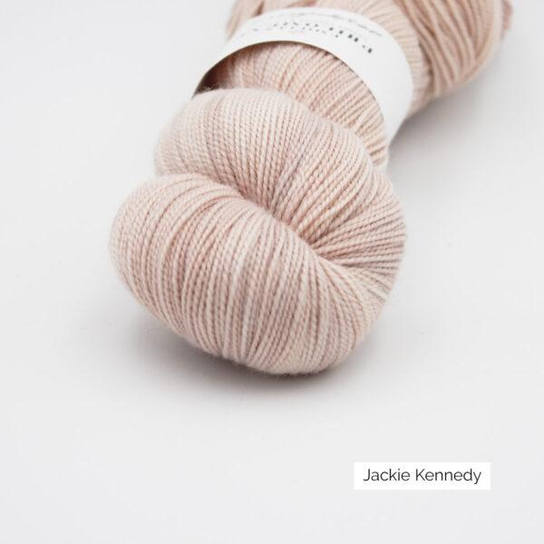 Gros plan sur un écheveau de Joséphine d'Emilia & Philomène coloris Jackie Kennedy (rose pâle nuancé d'orangé)