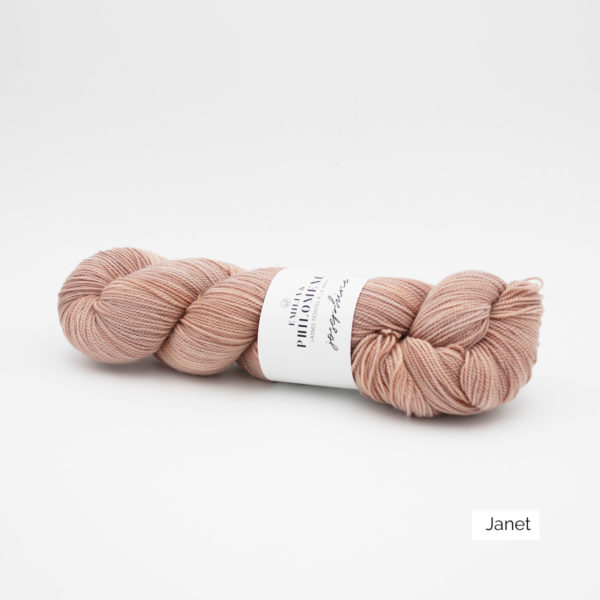 Un écheveau de Joséphine d'Emilia & Philomène coloris Janet (rose pâle nuancé d'orangé)