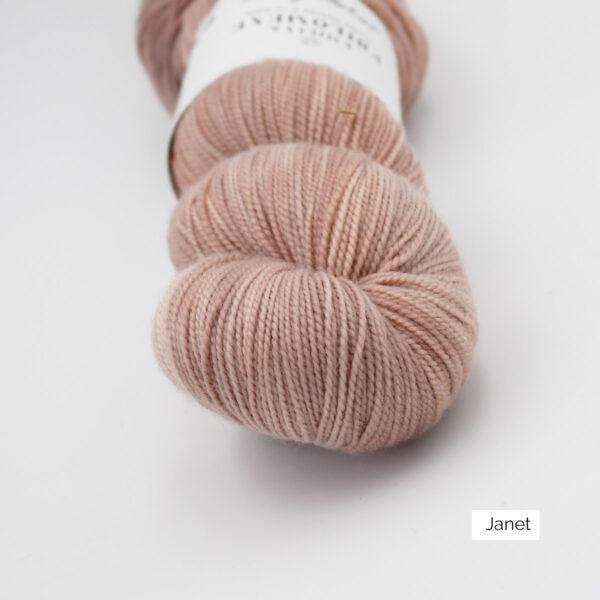 Gros plan sur un écheveau de Joséphine d'Emilia & Philomène coloris Janet (rose pâle nuancé d'orangé)