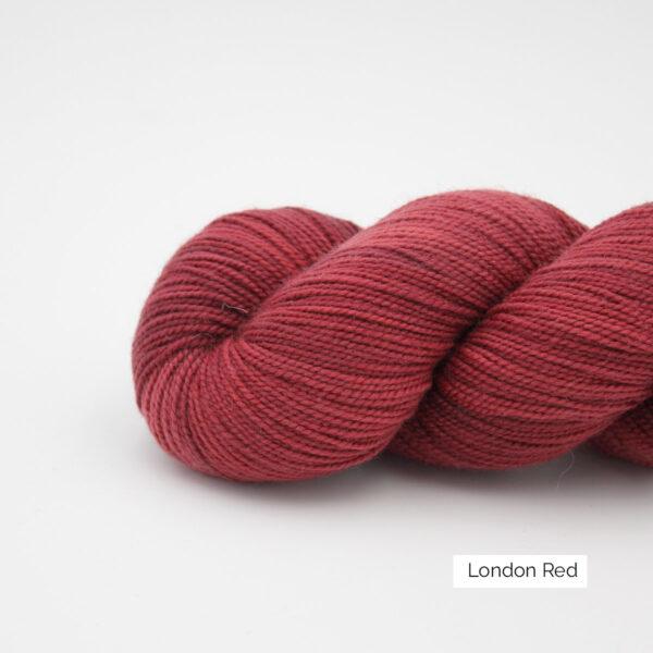 Gros plan sur un écheveau de Joséphine d'Emilia & Philomène coloris London Red (nuances de rouge)