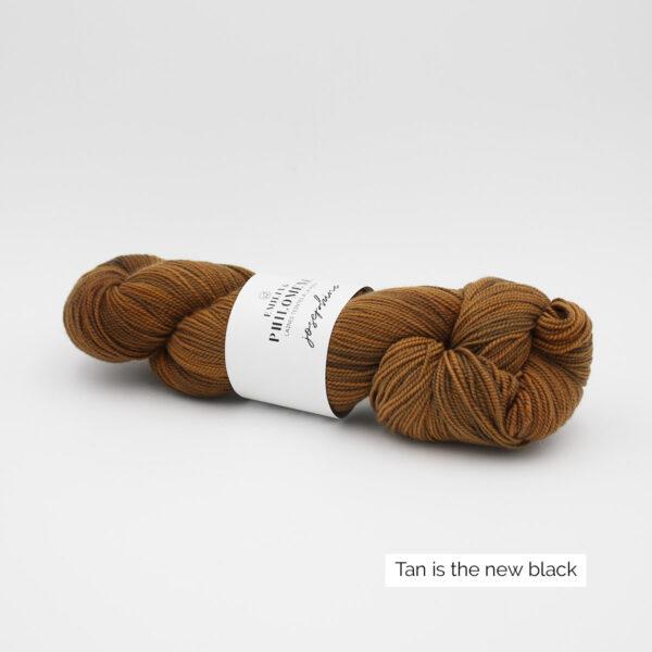 Un écheveau de Joséphine d'Emilia & Philomène coloris Tan is the New Black (brun chaud clair nuancé)