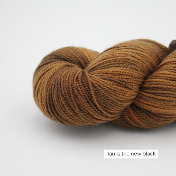 Gros plan sur un écheveau de Joséphine d'Emilia & Philomène coloris Tan is the New Black (brun chaud clair nuancé)