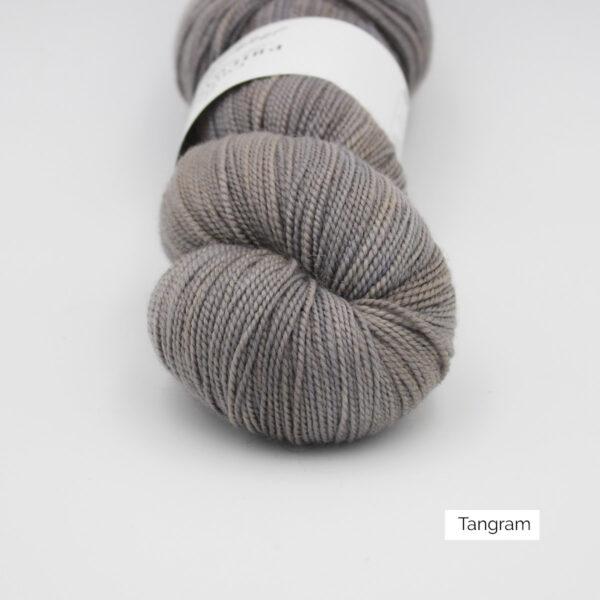 Gros plan sur un écheveau de Joséphine d'Emilia & Philomène coloris Tangram (gris perle nuancé de beige)