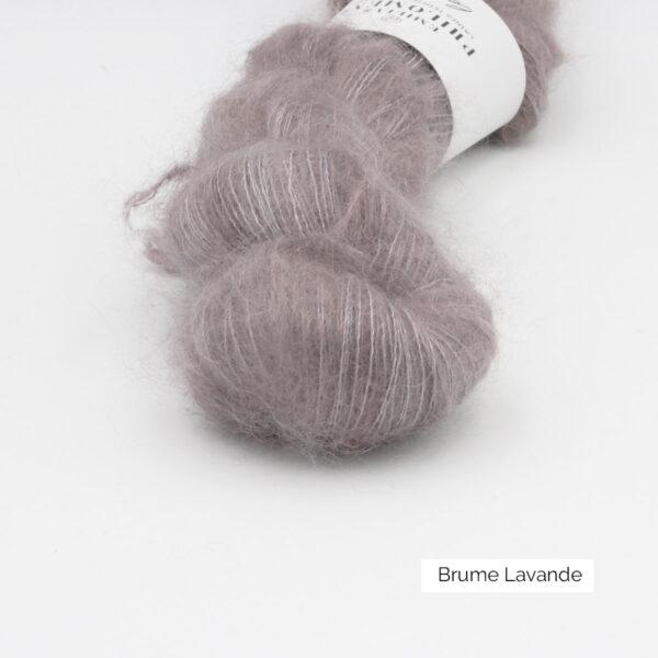 Zoom on a skein of Leona by Emilia & Philomène in the Brume Lavande colorway