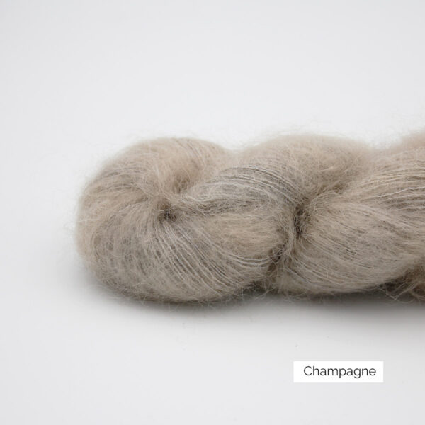Zoom on a skein of Leona by Emilia & Philomène in the Champagne colorway (greige with a bit of light warm brown)
