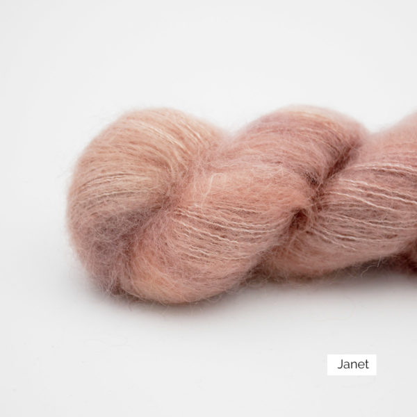 Zoom on a skein of Leona by Emilia & Philomène in the Janet colorway (light pink with a touch of coral and salmon)
