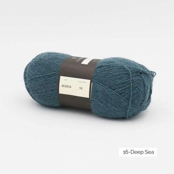 Une pelote d'Alpaca1 d'Isager coloris Deep Sea (bleu océan)