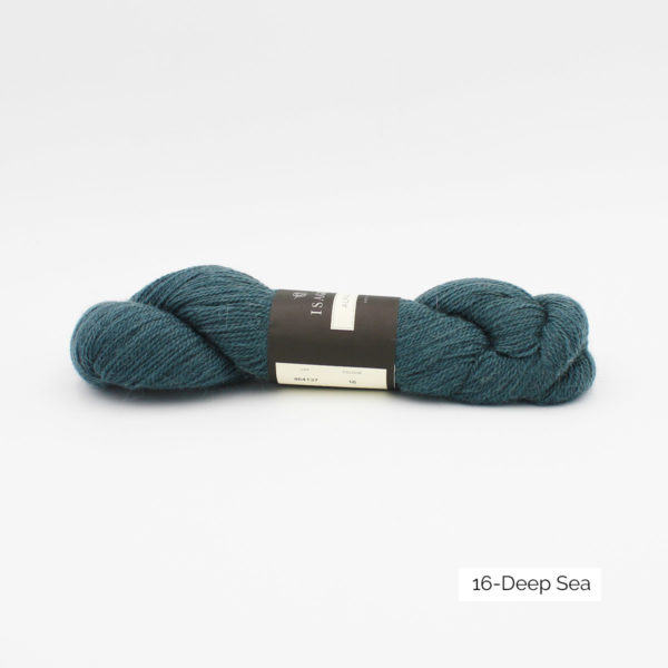 Un écheveau d'Alpaca 2 d'Isager coloris Deep Sea (bleu vert soutenu)