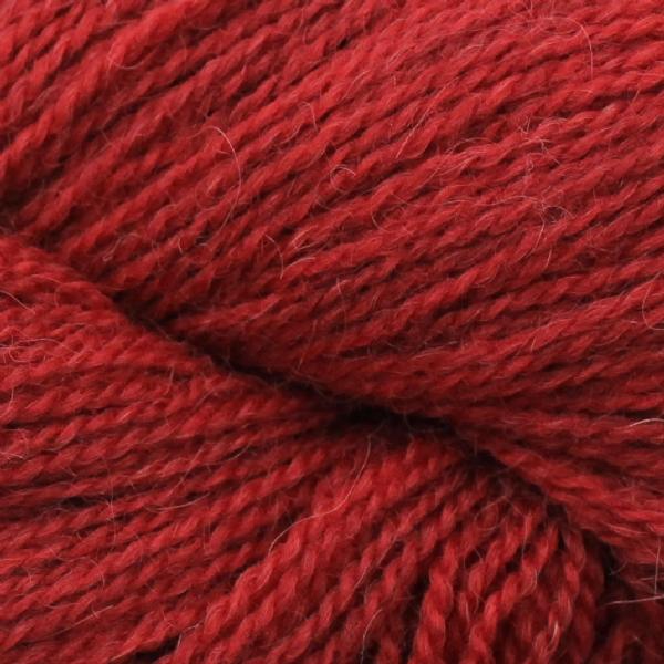 Gros plan sur un écheveau d'Isager Alpaca coloris Bright Red (rouge vif)