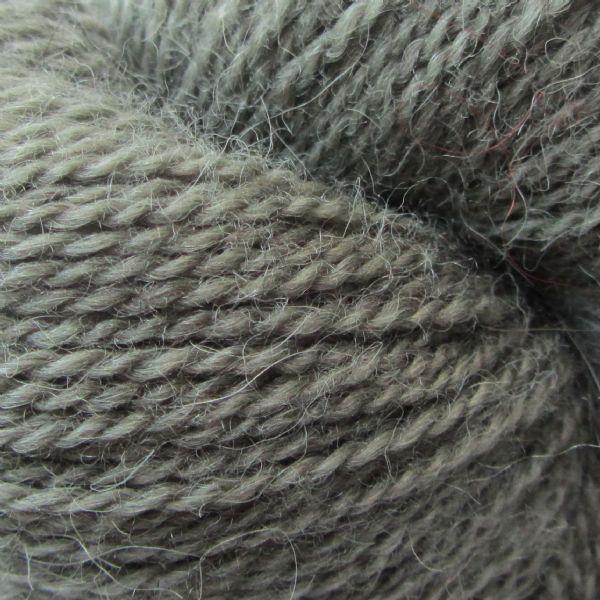 Gros plan sur un écheveau d'Isager Alpaca coloris Kaki