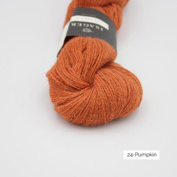Gros plan sur un écheveau d'Alpaca2 d'Isager coloris Pumpkin (orange citrouille)