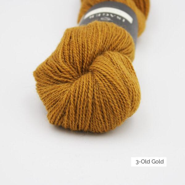 Gros plan sur un écheveau d'Alpaca 2 d'Isager coloris Old Gold (vieil or)
