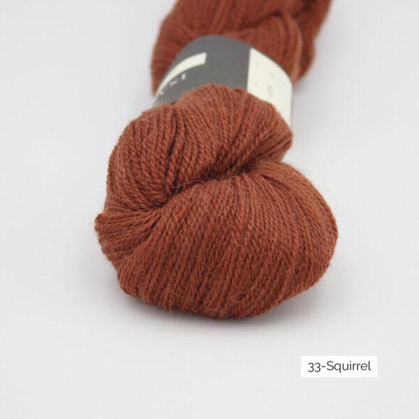 Gros plan sur un écheveau d'Alpaca2 d'Isager coloris Squirrel (brun roux)