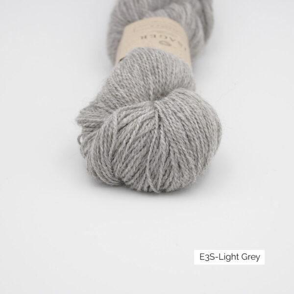 Gros plan sur un écheveau d'Alpaca 2 d'Isager coloris Light Grey (gris clair)