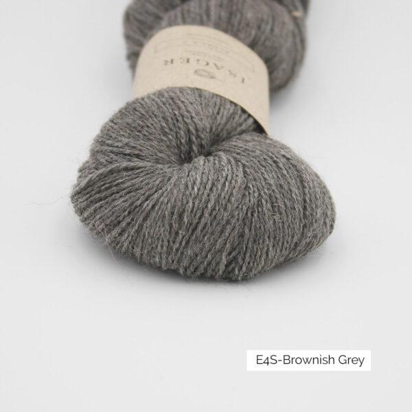 Gros plan sur un écheveau d'Alpaca 2 d'Isager coloris Brownish Grey (brun clair grisé)